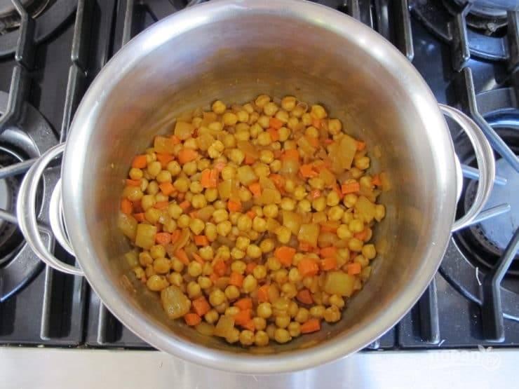 3. Потом добавьте нут и морковь, нарезанную кубиками. Перемешайте.