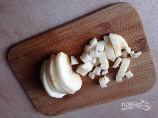 Очистим яблоки от кожуры и сердцевины, нарежем кубиками.