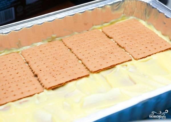 5. И продолжайте выкладывать слои. Чтобы получился вкусный торт, смазывайте достаточным количеством крема печенье.