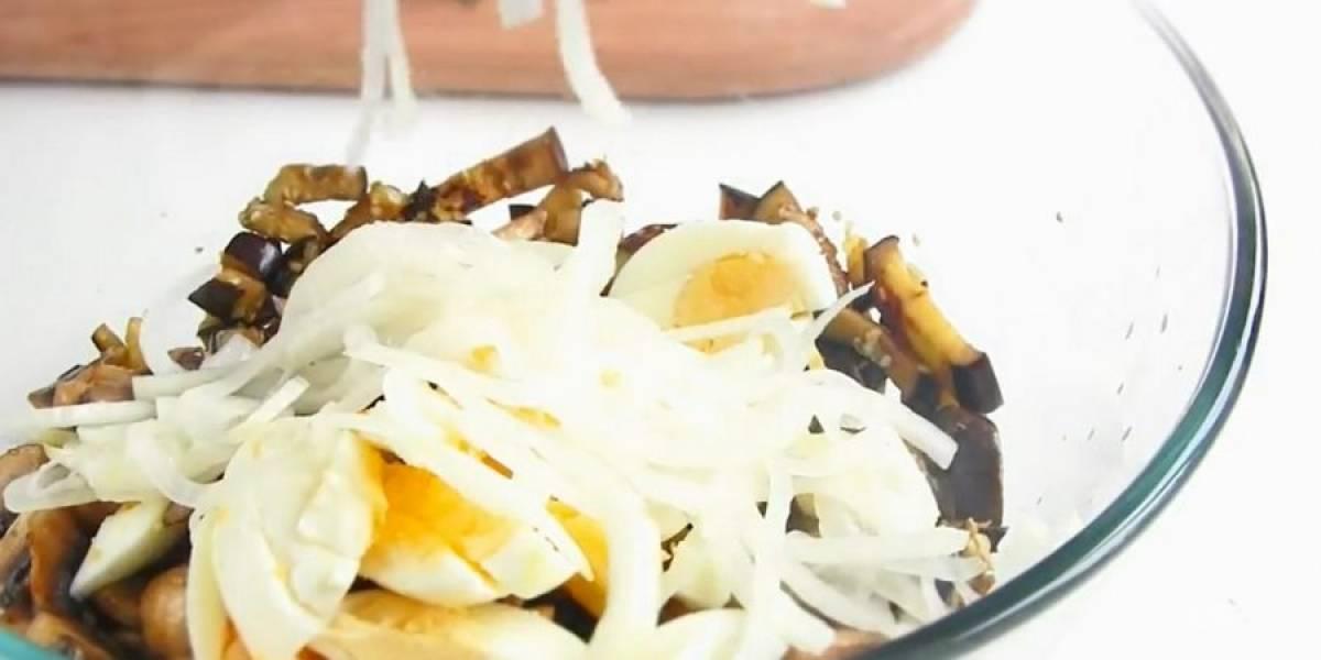 3. Обжарьте грибы на растительном масле на сильном огне до золотистого цвета. Остывшие баклажаны, грибы и нарезанные отварные яйца смешайте. Добавьте лук, свежий базилик и соус из сметаны и майонеза.