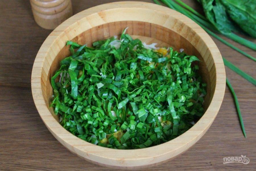 Лук и шпинат моем, просушиваем, нарезаем мелко и высыпаем в салат.