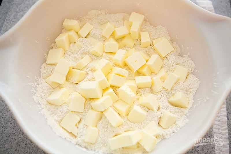 2.Добавьте кубики масла в мучную смесь.