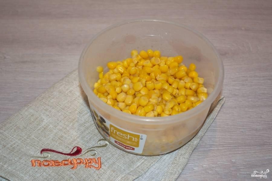 Консервированную кукурузу необходимо извлечь из рассола. Дайте стечь жидкости.
