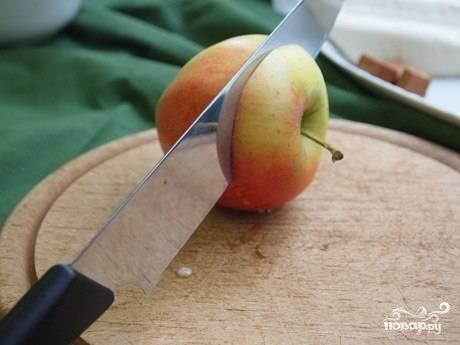 Обрабатываем яблоко - шляпку срезаем (но не выбрасываем), сердцевину аккуратно вырезаем.