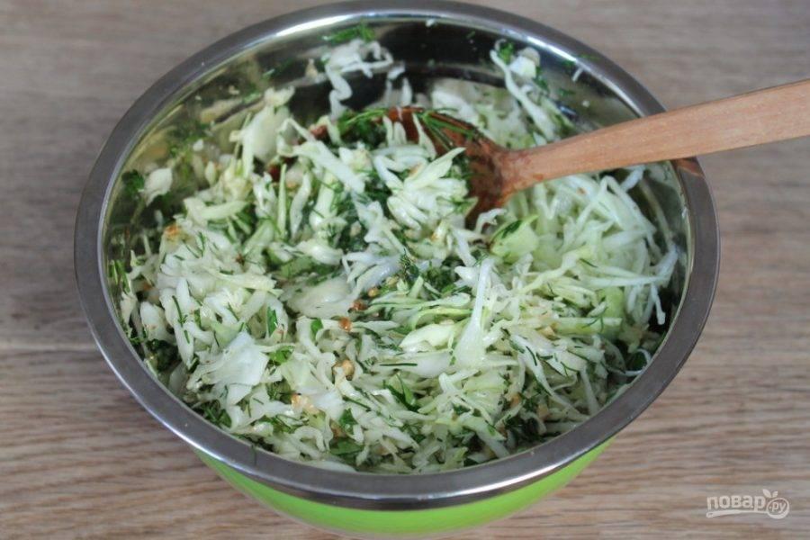 Заправку выливаем в салат и перемешиваем.