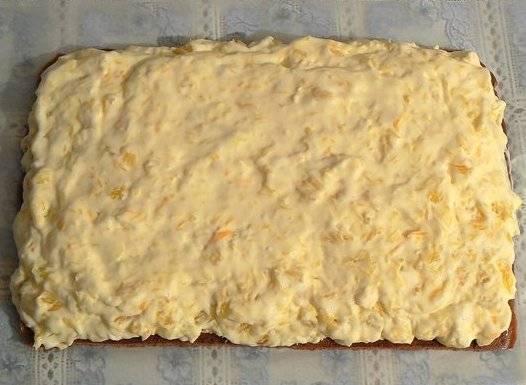 Намазать на корж крем. Нарезать его на полоски шириной 5 см.