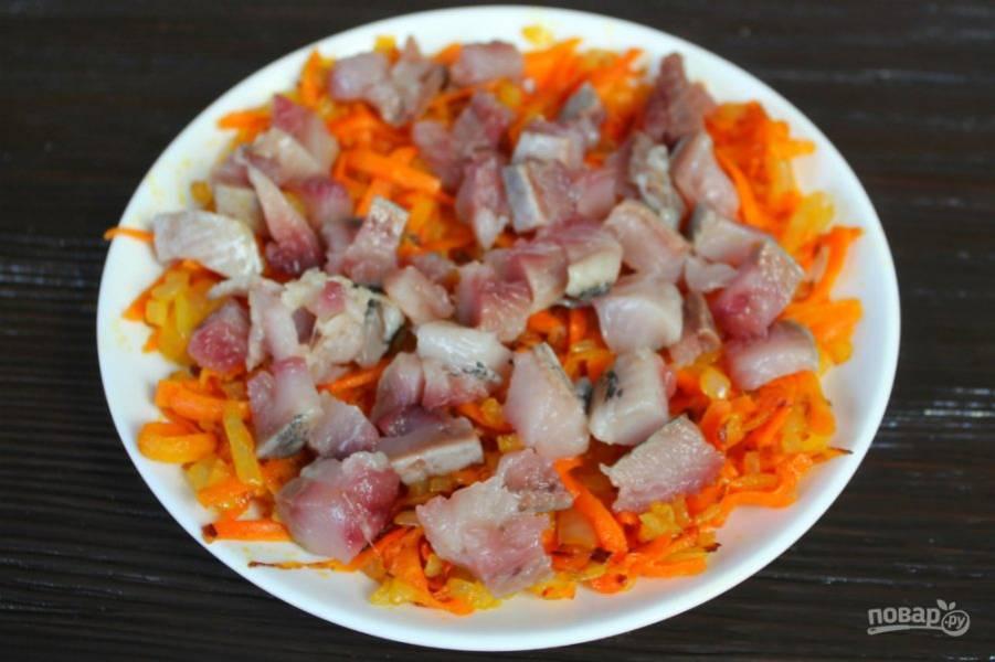 Сельдь чистим, режем кусочками и добавляем в салат.
