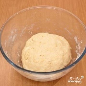 1.Прежде всего приготовим тесто. Потому что оно должно немного отлежаться. Сметану смешать с маслом и добавить соль. Просеянную муку смешать с разрыхлителем и добавить в жидкость. Когда мы замесим тесто из этих ингредиентов, тесто получится не очень крутое. Накрыть его салфеткой.