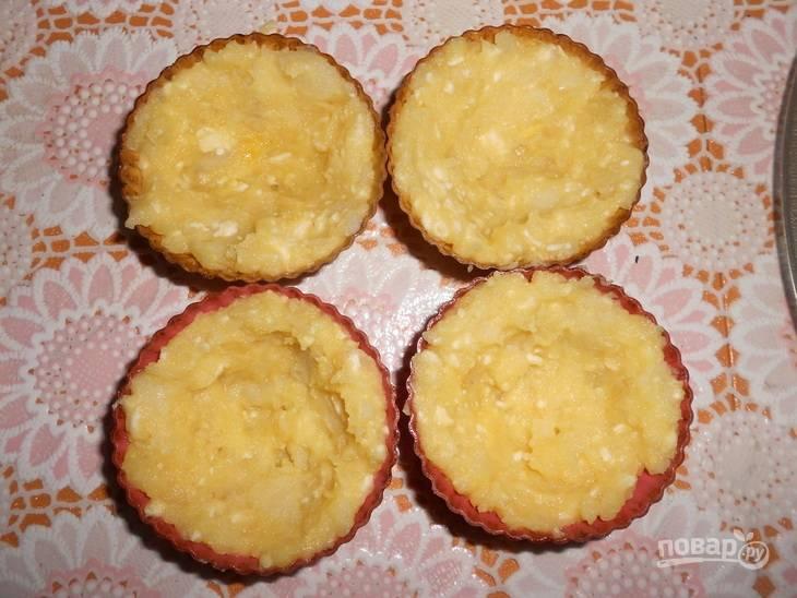 4. Берем силиконовые формочки (можно кексницы) и выкладываем в них картофель, равномерно распределив по краям.