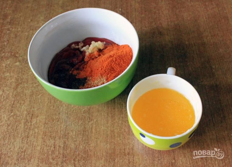 Перемешайте соус чили с томатным соусом и специями. Отдельно растопите сливочное масло.