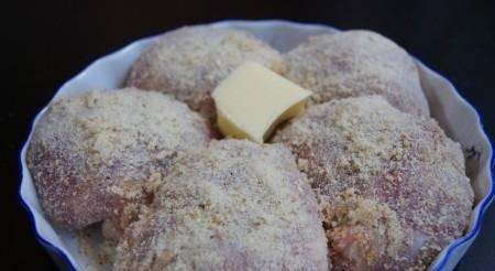 Кладем зразы в посуду для выпечки (швами вниз). По центру кладем кусочек сливочного масла. Готовим в разогретой до 200 градусов духовке 35-40 минут.