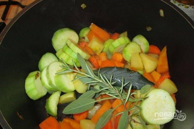 Добавьте к овощам шалфей, розмарин и лавровый лист. Обжарьте их до лёгкого румяного цвета.
