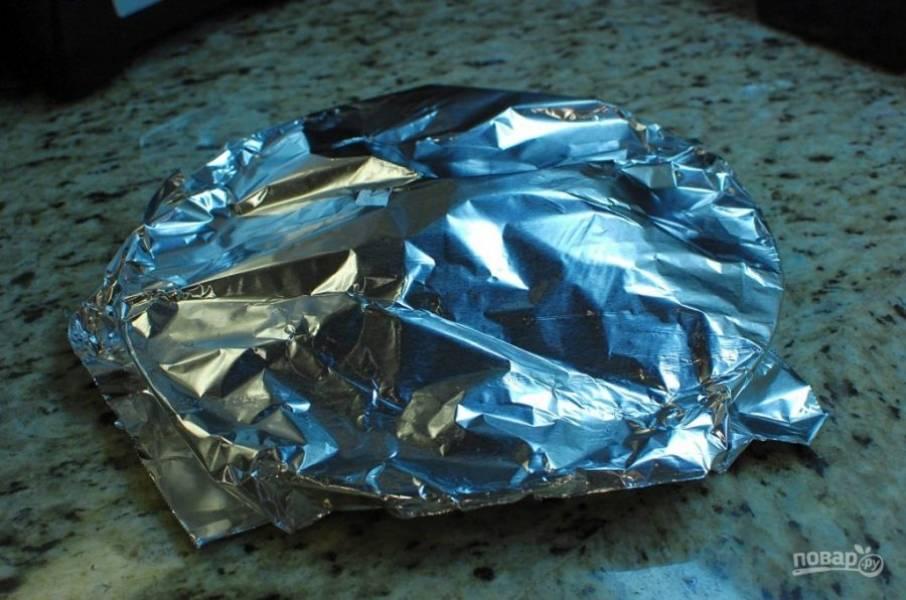 7.Переложите мясо со сковороды на тарелку и сразу накройте фольгой.