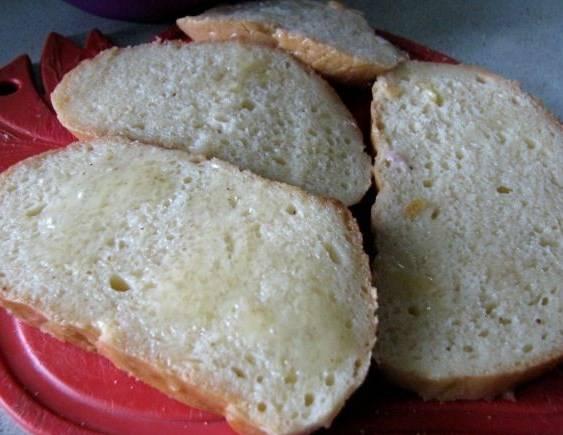 Сковородку с растительным маслом разогреваем. Каждый ломтик хлеба опускаем в смесь, обмакиваем и обжариваем с одной стороны.