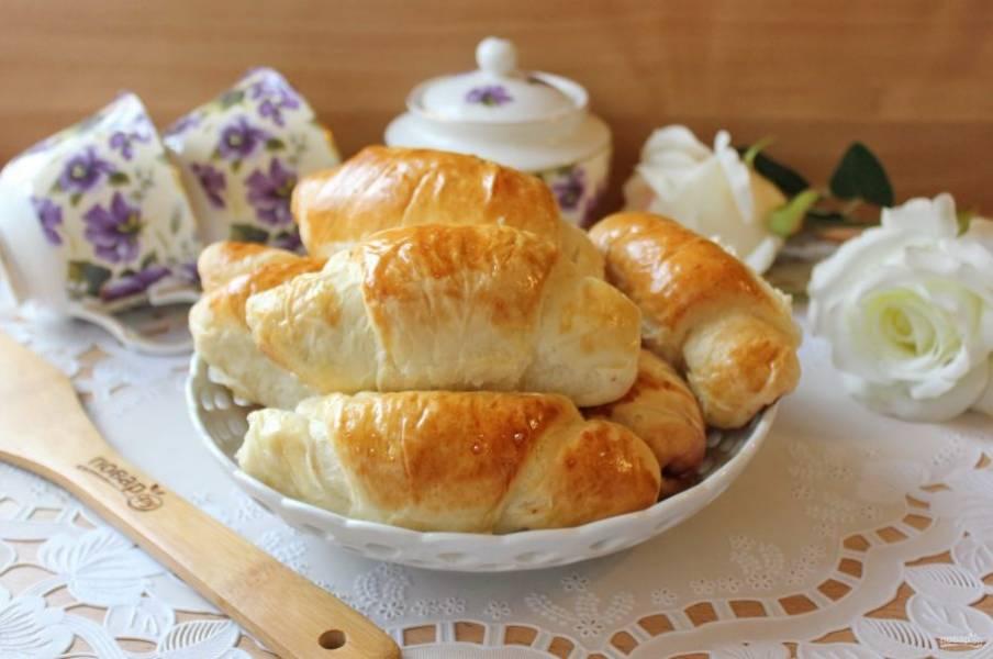 Готовые булочки достаньте из духовки, охладите и можно подавать к столу.