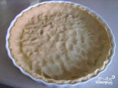 Форму для выпечки диаметром около 28 см слегка смазываем маслом и распределяем по форме ровным слоем тесто. И ставим форму с тестом в холодильник минут на 40.
