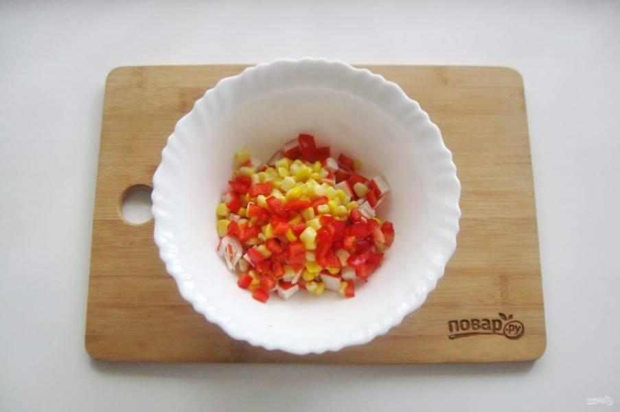 Болгарский перец нарежьте небольшими кубиками и добавьте в салат.