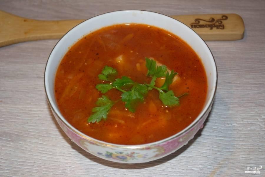 Горячий томатный суп с сельдереем разлейте по тарелкам. По вкусу добавьте зелень, лишней она не бывает.