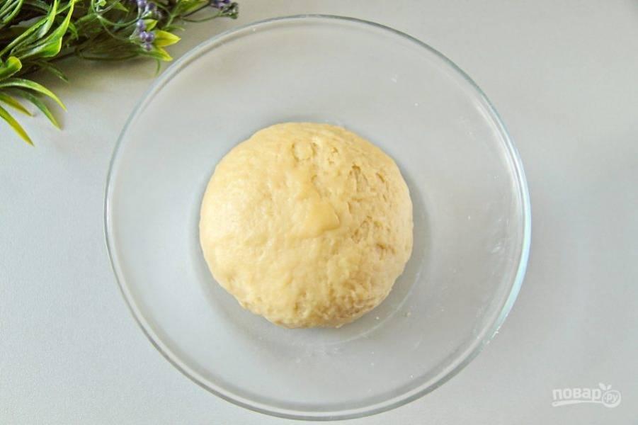 Перемешайте все и соберите тесто в шар. Можно , если необходимо, добавить 1-2 ст. л. ледяной воды. Заверните тесто в пищевую пленку и уберите в холодильник на 20-30 минут.
