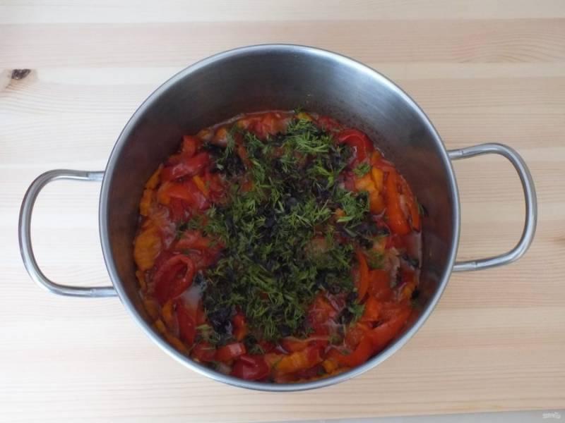 По истечении времени добавьте к овощам зелень и уксусную эссенцию. Перемешайте. Прогрейте в течение 5 минут.