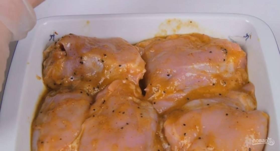 2. Куриные бедра, очищенные от кожи, залейте маринадом. Тщательно перемешайте и оставьте на 2 часа. Сложите курицу в огнеупорную форму, сверху распределите оставшийся маринад и оденьте рукав для запекания.