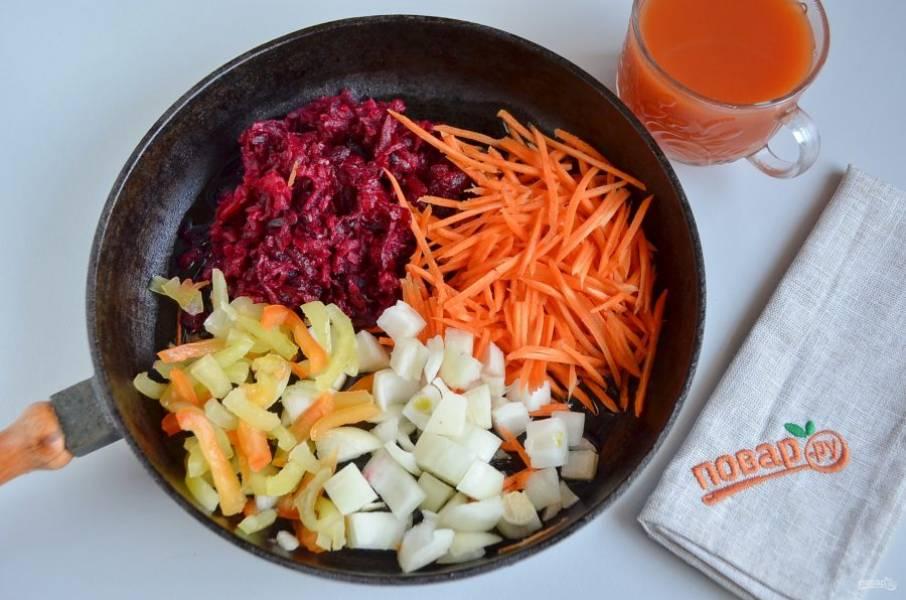 3. На растительном масле или смальце обжарьте овощи: свеклу, морковь, лук, перец.