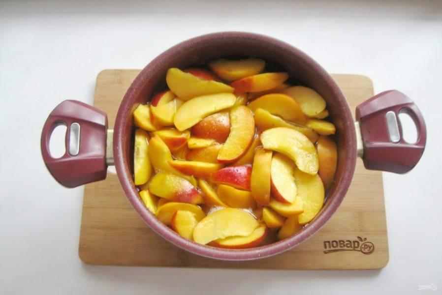 Через 7-10 минут персики пустят много сока.