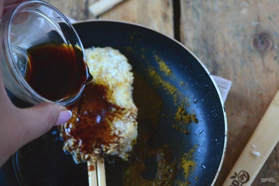 Затем переверните, добавьте все ингредиенты для соуса: соевый соус, мирин, мисо, измельченный до состояния крошки грецкий орех и немного сахара.
