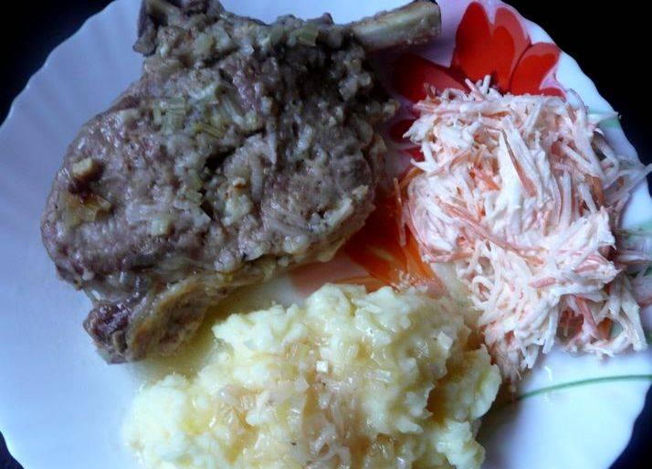 Подаем готовое блюдо с любым гарниром на ваш вкус, в моем случае это картофельное пюре и овощной салатик. Приятного аппетита всем!