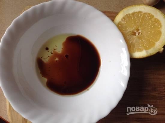 Смешаем соевый соус, оливковое масло и лимонный сок.
