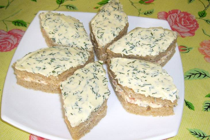 Затем намажьте кусочки хлеба маслом (50 гр), смешанным с укропом и уложите на хлеб с горбушей.
