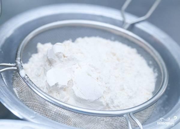 4. Муку с солью и разрыхлителем просейте.