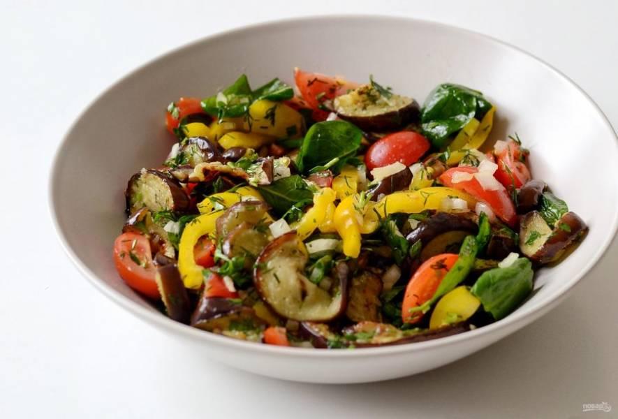 Соедините все овощи в одной миске. Заправьте салат маслом, посолите и приправьте специями. Перемешайте.