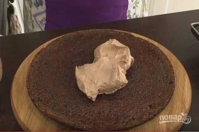 9. Распределите крем по коржам, не доводя его до самого края. Когда соберете весь торт, прижмите его сверху дощечкой. Торт выровняется, а крем распределится равномерно до краев.