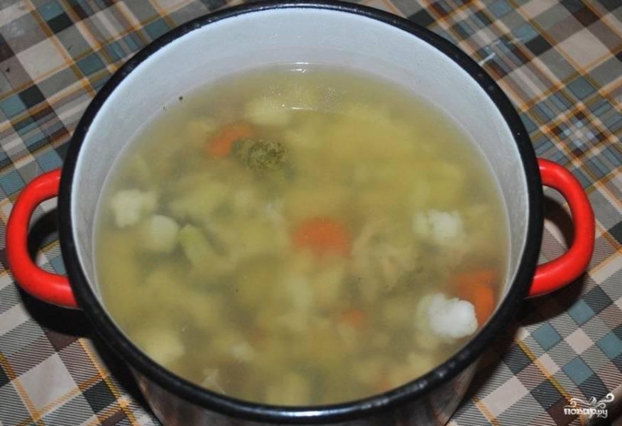 """2. В режиме """"Суп"""" готовим час. Дальше переливаем суп в другую емкость, чтобы не поцарапать чашу мультиварки, и взбиваем блендером."""