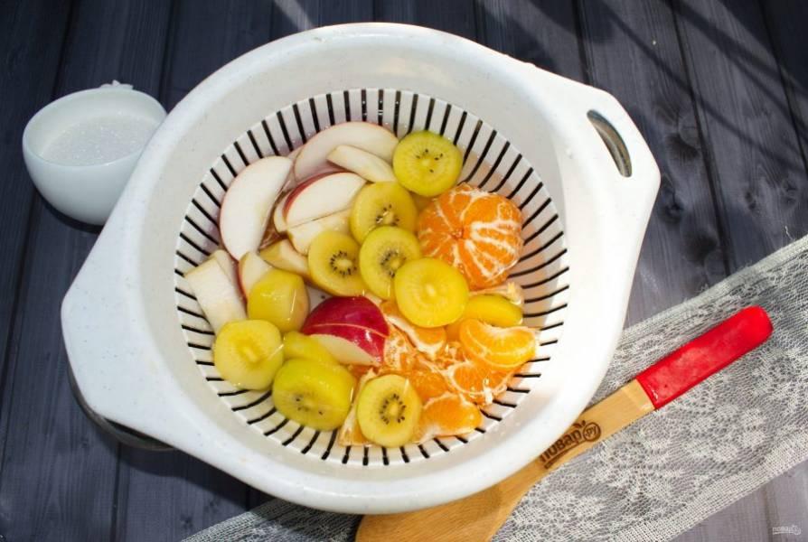 Фрукты поместите в дуршлаг и опустите их в кипяток. Варите в течение 2-3 минут, выньте из воды. В отвар добавьте сахар, варите в течение 5 минут. Добавьте лимонную кислоту или лимонный сок.