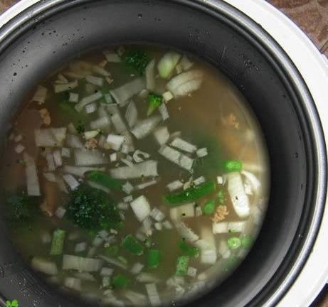 """Также помещаем в мультиварку стручковую фасоль и лапшу. Овощи и мясо заливаем горячей водой, кладем специи по вкусу. Далее выставляем режим """"Тушение"""" на 1,5 часа."""