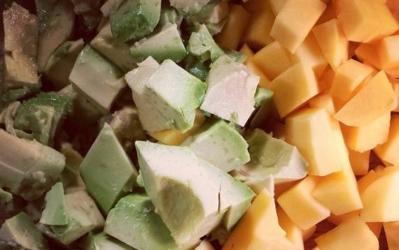 Помойте и очистите манго и авокадо. Нарежьте их кубиками.