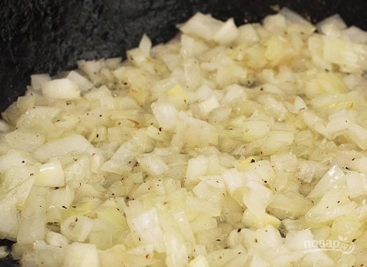 2. Пока варятся яйца, обжариваем лук на растительном масле до румяного цвета.
