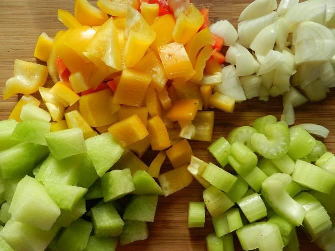 3. Пока мясо обжаривается, можно заняться овощами. Лук очистить и нарезать мелкими кубиками. Перец, редьку и сельдерей нарезать также небольшими кусочками.