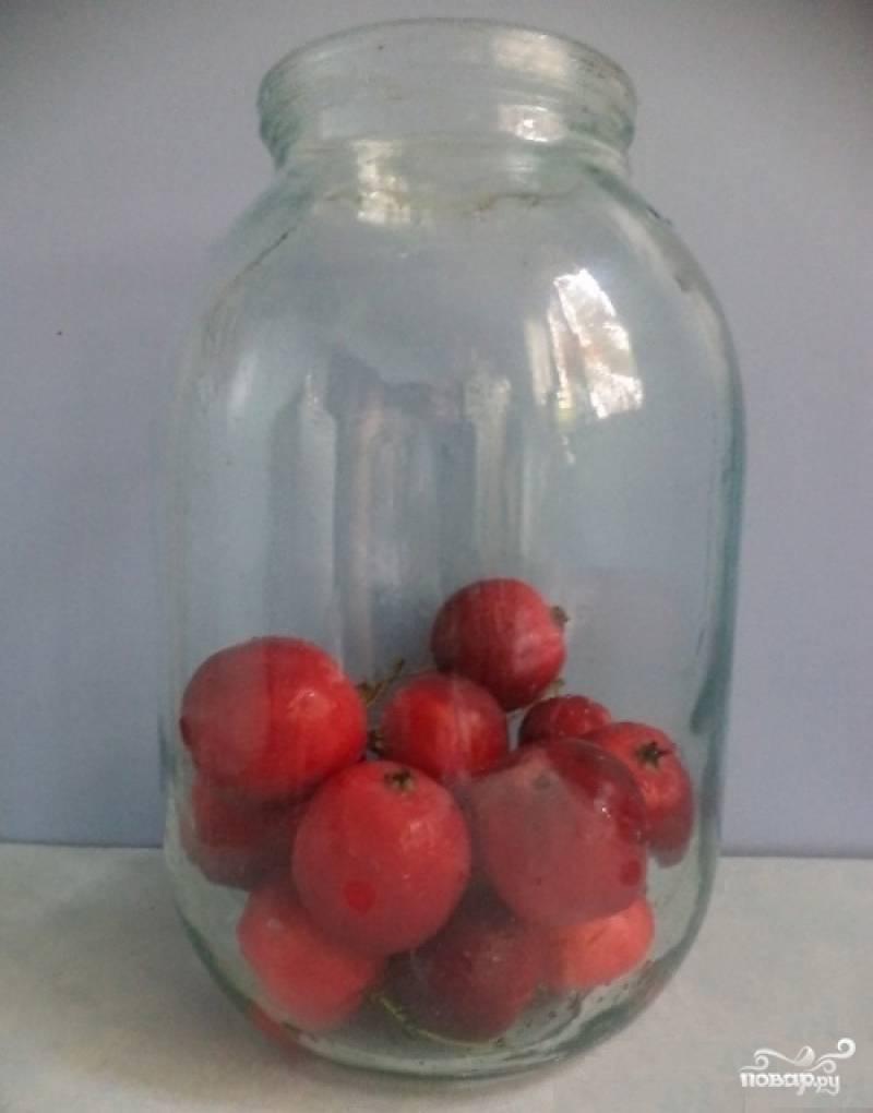 4.Третью часть банки заполняем яблоками.