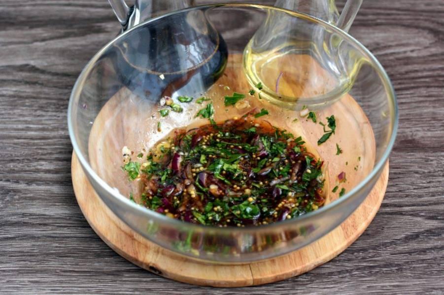 Тонко нашинкуйте красный лук, посыпьте его сахаром и полейте винным бальзамическим уксусом. Перемешайте, слегка помяв. Добавьте рубленные листочки петрушки без стеблей, зерновую горчицу и оливковое масло. Хорошо перемешайте заправку.