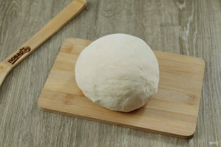 Подсыпая оставшуюся муку, замесите тесто. Вымешивайте тесто обязательно руками и до тех пор, пока оно не станет однородным и не перестанет липнуть к рукам. Соберите его в шар, накройте чистым полотенцем и оставьте на 20-30 минут.
