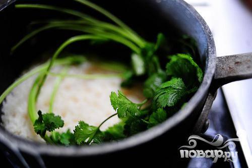 4. Варить около 10 минут, затем положить 2 веточки кинзы на поверхность воды, накрыть крышкой и варить еще на 4 минуты.