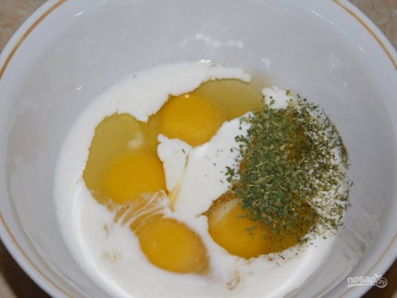 Отдельно перемешайте яйца и молоко. Добавьте соль и специи.