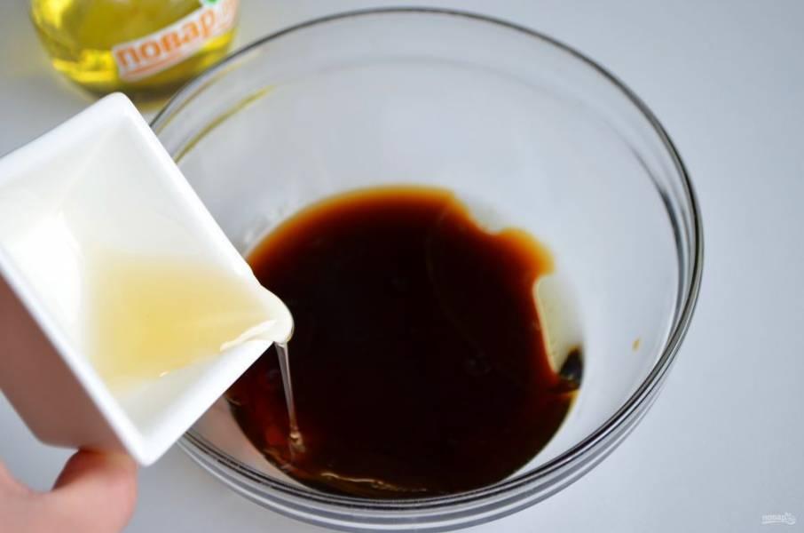 4. В теплый кофе добавьте мед и растительное масло, перемешайте.