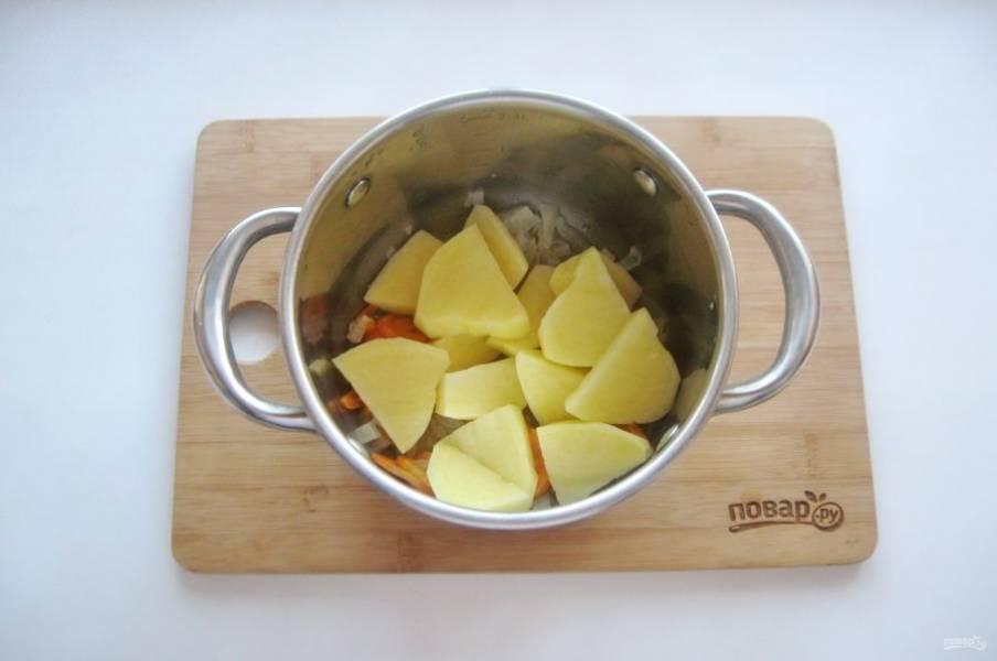 Затем добавьте нарезанный картофель.