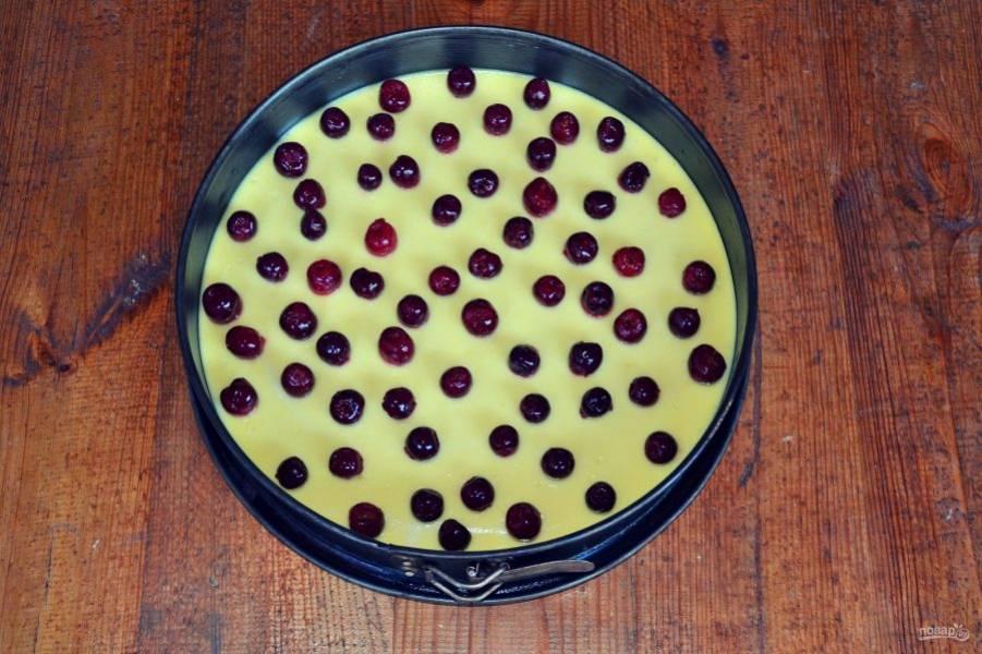 Слейте вишневый сок с ягод, сохраните его. Ягоды выложите на остывший чизкейк.