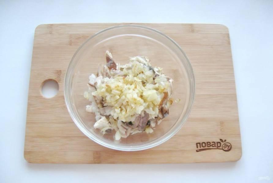 Репчатый лук очистите, помойте и мелко нарежьте. Поджарьте до золотистого цвета в сковороде. Добавьте в начинку.