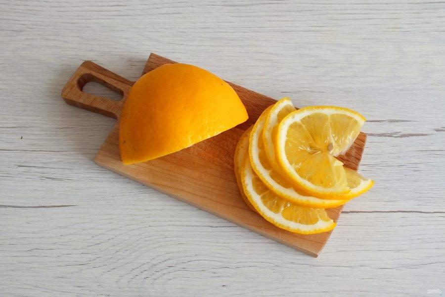 Лимон нарежьте на тонкие ломтики.